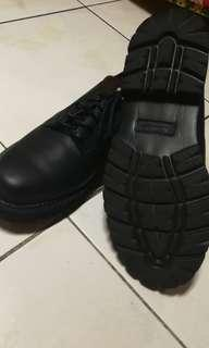 Selling rocsport black shoes,waterproof.size 9 1/2 from us.no box