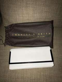 White wallet / clutch