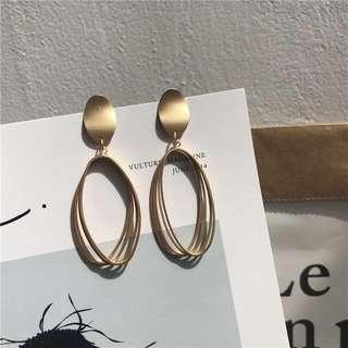🚚 Gold embellished earrings