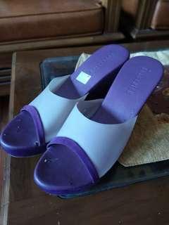 Sepatu weeges ungu