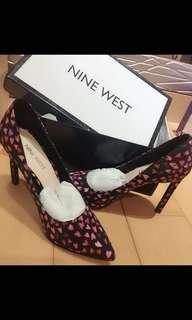 🚚 Ninewest 布面愛心尖頭高跟鞋 5.5 22.5 伴娘鞋婚鞋 Tatiana 上班族OL最愛 Nine West 同款的鞋子有買其他皮革素面的⋯但唯一這雙布面的穿起來版型偏大、所以原本要穿出門、從家裡走到樓下覺得不妥就換掉了⋯所以基本上應該只是穿著走10分鐘不到 布面完好⋯他們家的鞋子真的好穿⋯售出不退高標者請不要購買  尺寸5.5 22.5 版偏大 原價3980 百貨公司購入