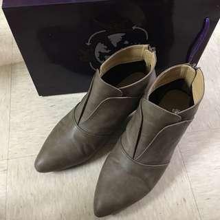 90%新皮短 Boots ,尖頭,鞋38號,鞋跟1寸半,鞋口邊一處微披,實物如圖,有原裝鞋盒,因還是不習慣著尖頭鞋,現6拆出讓。