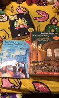 三本教科書!第一本係上年既通識教科書!第二本同第三本都會計既書籍