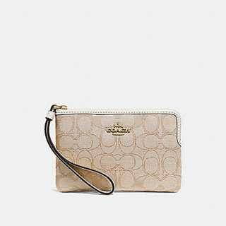 8f9565fe46a5 BNWT COACH CORNER ZIP WRISTLET IN SIGNATURE CANVAS