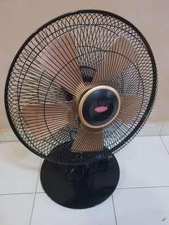 Brand new 16 inch black and gold table fan