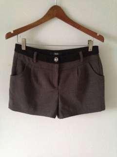 Salee celana pendek iora