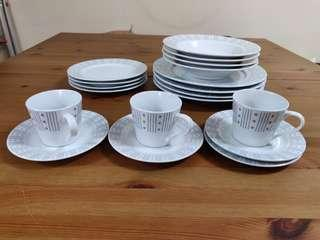 Dinnerware (19 pieces)