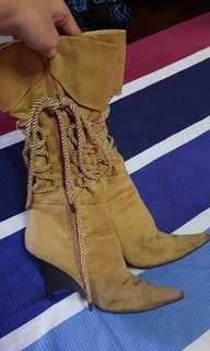 Brown / Mustard brown boots