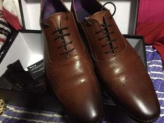 靚仔皮鞋 著左一次返工,貪靚買細左夾腳