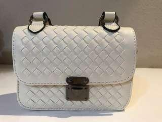 🚚 White quilted bag