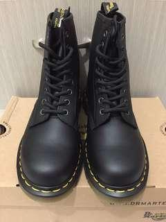 🚚 全新 Dr.Martens 1460 8-Eye Boots Black Softy T黑色黃線軟皮8孔基本款短靴UK6/39
