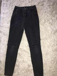SKINNY HIGHWAISTED BLACK JEANS Cut out knee