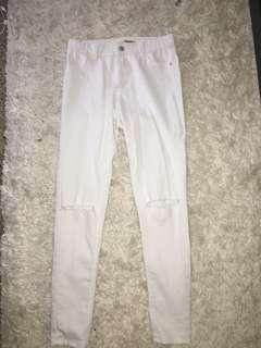 WHITE SKINNY HIGHWAISTED JEANS cut out knee