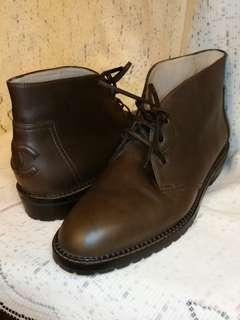Chanel boots.  Size 36.  朱古力啡色。  只著過2/3次。  95% 新。  完整無花。