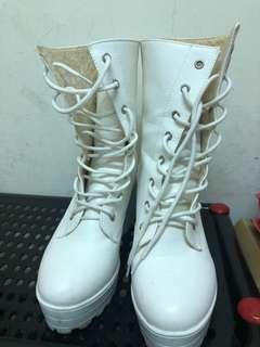 白色高筒高跟靴子