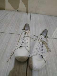 Sepatu nevada putih