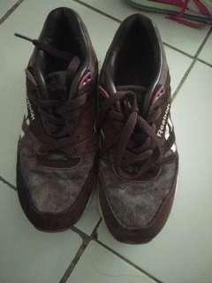 Sepatu reebox bahan suede