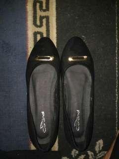 Sepatu kerja wanita hitam