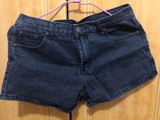 二手。黑色牛仔短褲