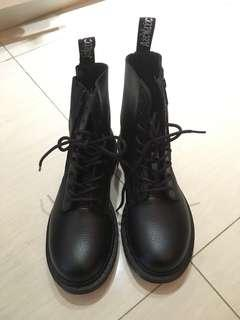 Dr Martens boot black 黑線