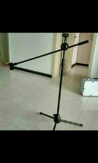 Brand new professional mic stand (give two mic clips