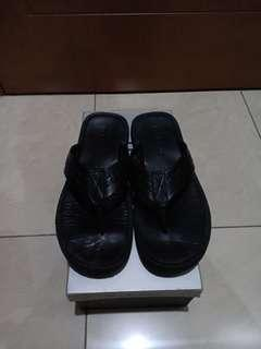 Sandal hitam andrew