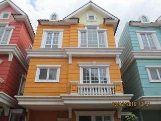 Disewakan Rumah Cantik 3 Lantai