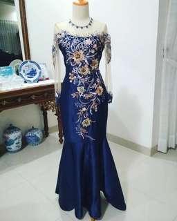 Gaun kebaya biru navy bunga timbul besar