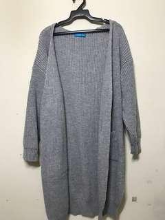 淺灰色長版寬鬆厚針織外套
