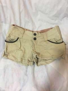 🚚 Light brown shorts