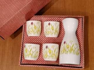 Sake serving bottle and cups set