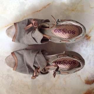 Sepatu hak perempuan