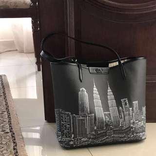 The KL tote bag in Black