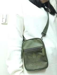 🚚 Adidas 軍綠側背小包