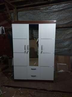 Lemari pakaian pintu tiga coklat putih