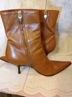 意大利明牌Sergio Rossi 皮靴。  Size 39.5.  踭高3寸。  90%新。  後踭膠的要換。