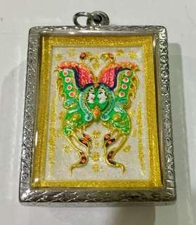 Kruba Krissana 古巴吉沙纳 - 蝴蝶牌& 2支打固和八卦和宝石 BE2557