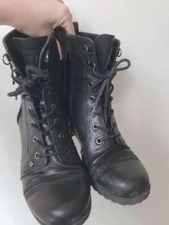 🌸 Guess combat boots