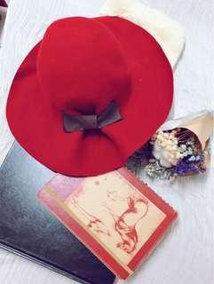 熱情的艾拉-大紅寬圓領帽