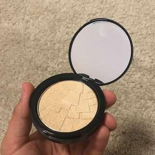 O.TWO.O Illuminating Champagne Gold Highlighter