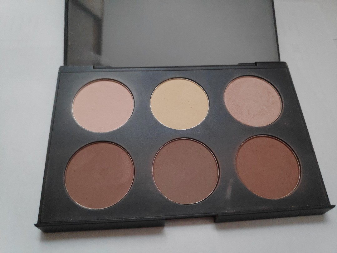 Australis AC on tour powder contouring and highlighting palette