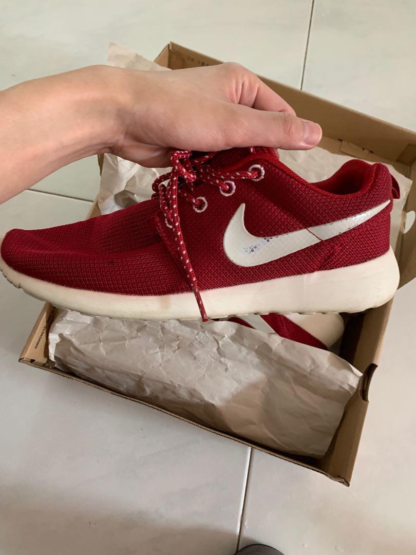 8861359775ff5 Nike Roshe run maroon