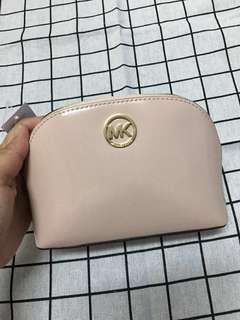 🚚 Michael Kors MK漆皮化妝包 裸粉色