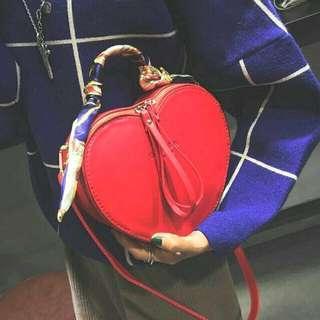 🚚 紅色愛心造形手提斜包兩用包 附絲巾