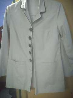 Blazer warna broken white
