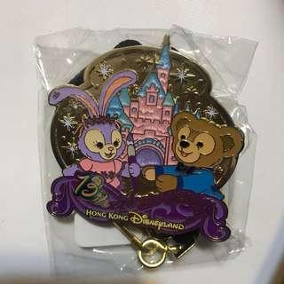 全新迪士尼襟章 13週年 掛頸 大Pin Duffy Stella Lou 包平郵
