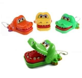 🚚 整人玩具咬手牙齒鱷魚吊飾 瘋狂鱷魚玩具 大嘴咬鱷魚玩具吊飾