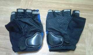 Gloves for motorcar or travel working
