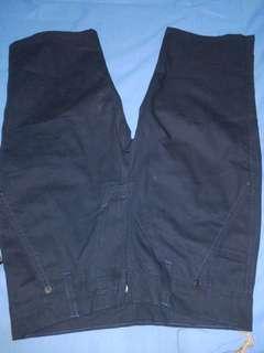 Celana Chino pendek navy.