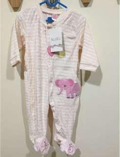 🚚 《年終出清-專櫃正品》 Kizoo 包腳連身衣12M(天鵝絨)-粉色大象